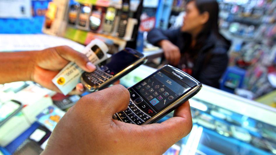Blackberrys in einem indonesischen Handyshop: Aktie rauscht nachbörslich nach unten
