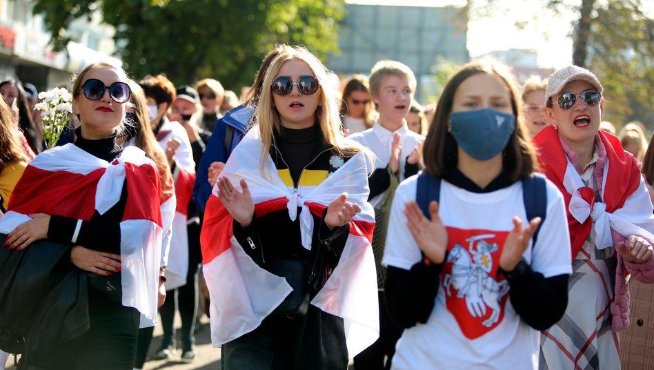 Demonstrantinnen in Minsk: Hunderte Personen festgenommen