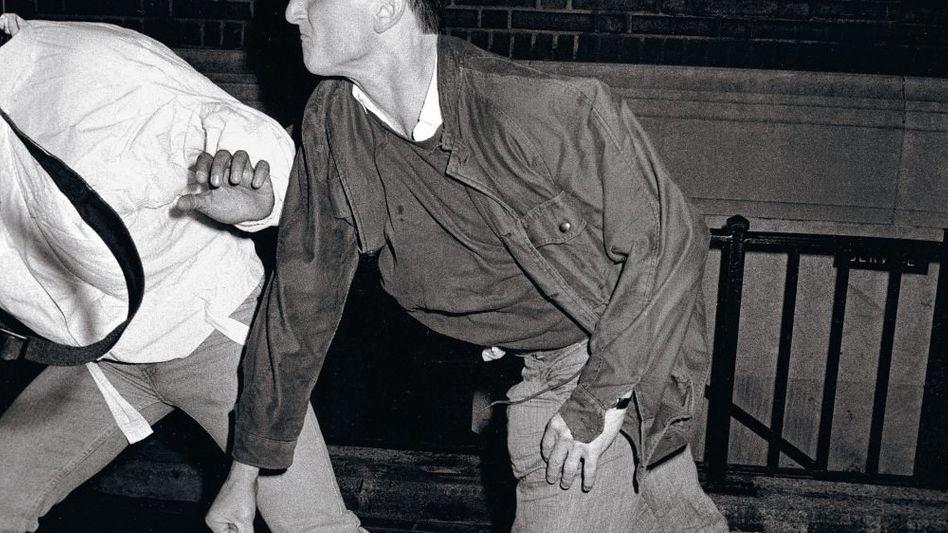 Galella-Schnappschuss von Sean Penn mit Paparazzo in New York 1986