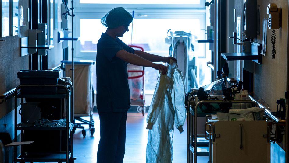 Für Schutzkleidung wie für diese Krankenschwester auf einer Isolierstation für Corona-Patienten in Mecklenburg-Vorpommern sollten in Zukunft größere Vorräte angelegt werden