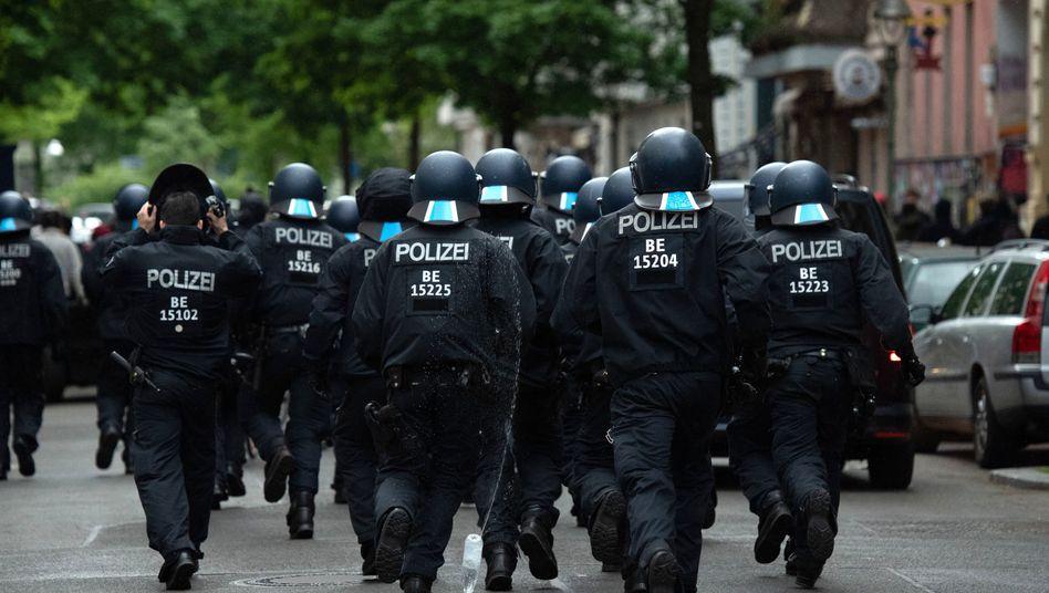 Polizisten bei einem Einsatz am 1. Mai 2020 in Berlin