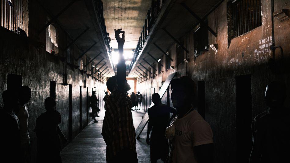 """Momo Moses Kargbo (""""Momo Jesus"""") besucht Häftlinge im Männergefängnis Male Correctional Center in Freetown, der Hauptstadt von Sierra Leone"""