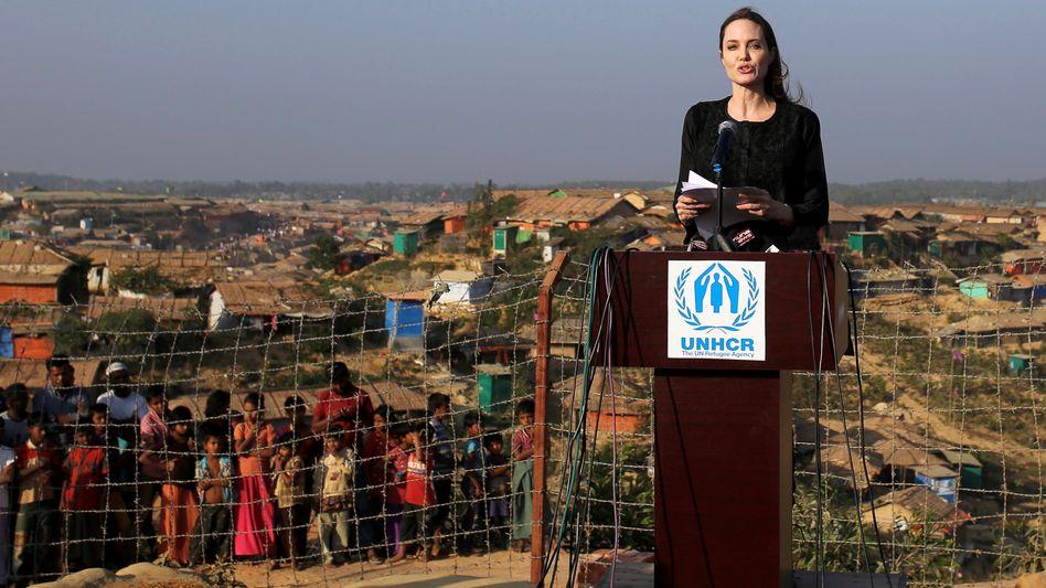 Angelina Jolie vor Flüchtlingscamp Kutupalong bei Cox's Bazar, Bangladesch (Februar 2018)
