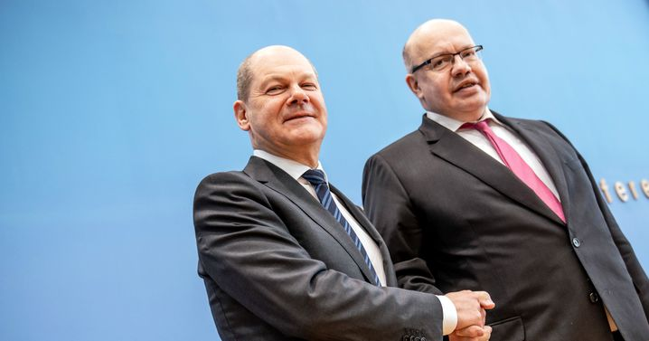 This week, German Finance Minister Olaf Scholz (left) and Economics Minister Peter Altmaier announced massive bailout programs for corporations, small businesses and freelancers.