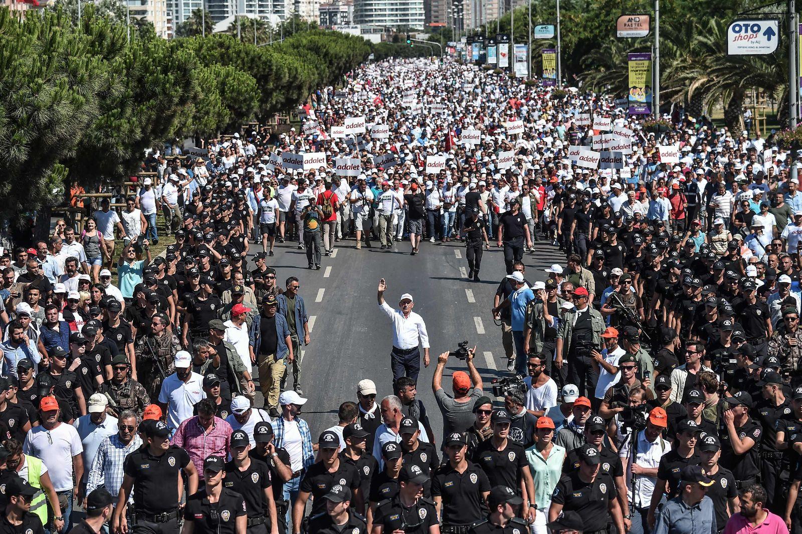TOPSHOT-TURKEY-POLITICS-KILICDAROGLU-MARCH