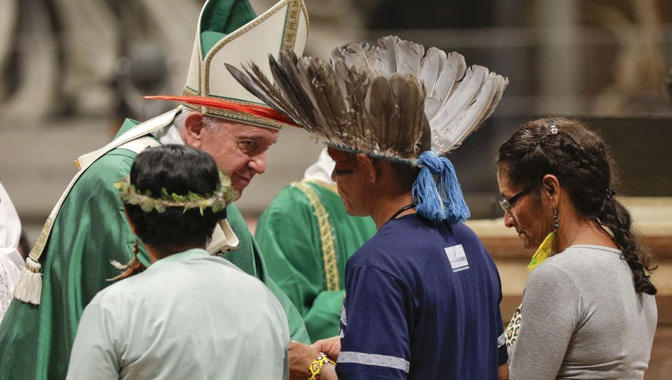 Papst Franziskus mit Teilnehmern während der Amazonas-Synode