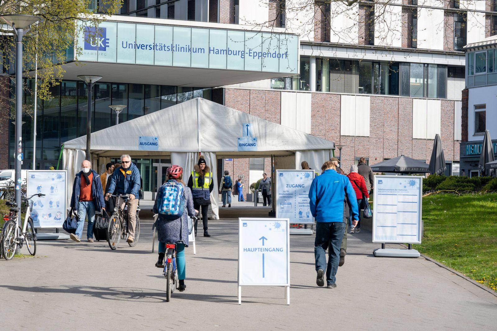 Eingang des UKE während der Corona-Krise mit Einlasskontrolle durch Sicherheitsdienst - Universitätsklinikum Hamburg-Ep