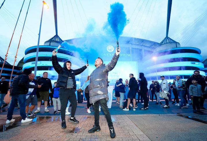 Titelfeier: City-Fans vor dem Stadion in Manchester
