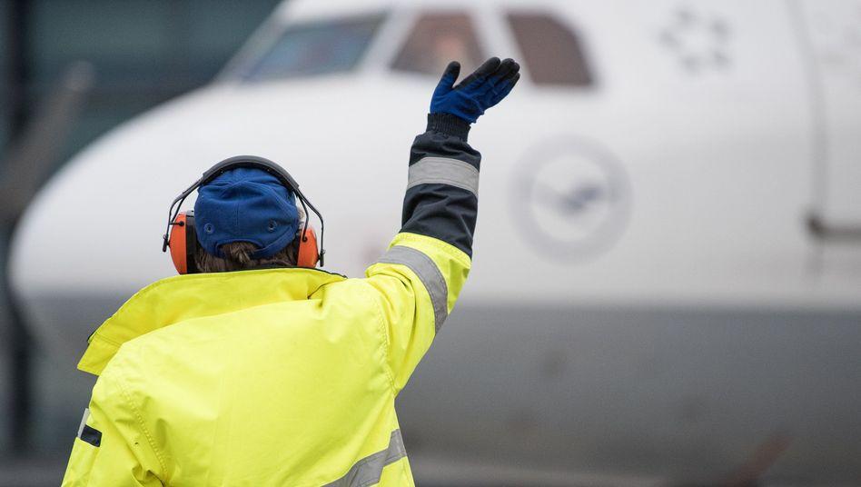 Zuverlässigkeitsprüfung soll ausgeweitet werden: Mitarbeiterin des Bodenpersonals am Frankfurter Flughafen (Archivbild)