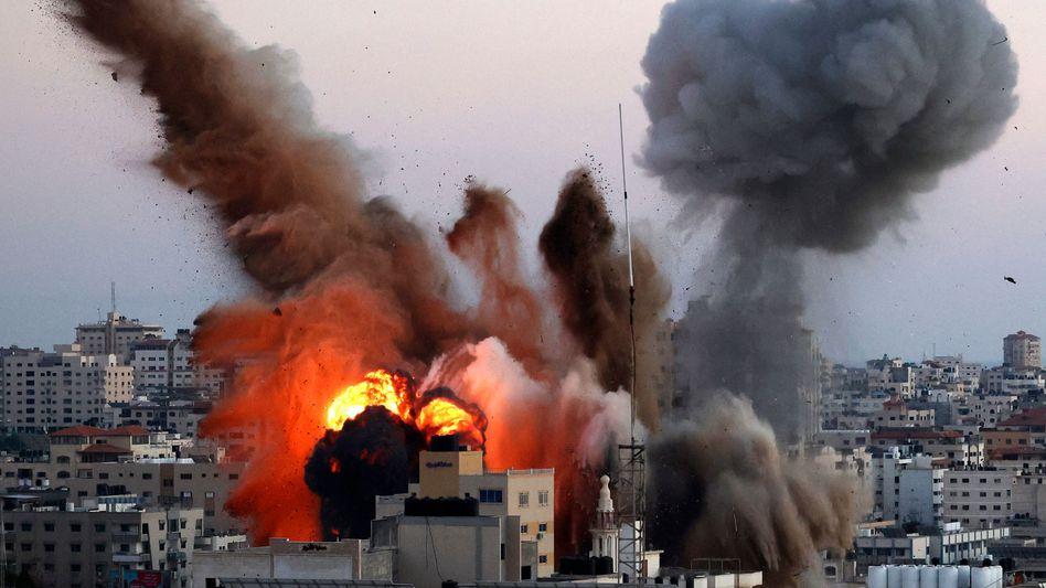 Ein Gebäude in Gaza-Stadt, das mit der Hamas in Verbindung gebracht wird, explodiert während eines israelischen Angriffs