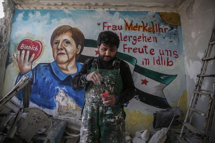 Unter Teilen der syrischen Bevölkerung genießt Bundeskanzlerin Angela Merkel große Sympathien - auchin der Coronakrise. Nach ihrem erstennegativen Coronavirus-Testhaben ihr zwei Graffiti-Künstler aus der Rebellenprovinz Idlib mit einem überlebensgroßen Porträt ihren Dank gezeigt.