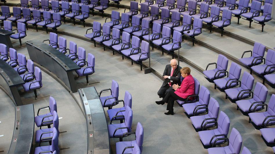 Kanzlerin Merkel, Fraktionschef Kauder (im Plenarsaal): Misstrauen gegen SPD