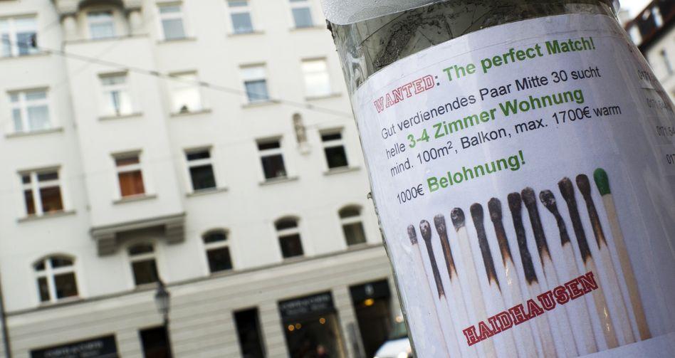 Per Aushang sucht ein Paar aus München nach einer Wohnung