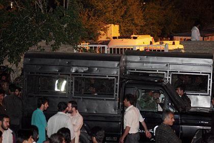 Iranische Polizei riegelt mit Polizeiwagen den Anschlagsort ab: Mindestens neun Tote.