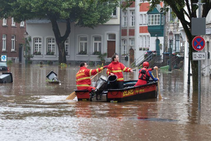 Ein Boot der Deutschen Lebens-Rettungs-Gesellschaft (DLRG) ist beim Hochwasser in Aachen unterwegs