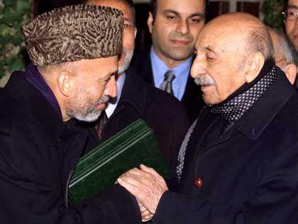 """Regierungschef Hamid Karsai in der vergangenen Dienstag bei seinem """"Antrittsbesuch"""" bei Afghanistans Ex-König Zahir Shah"""