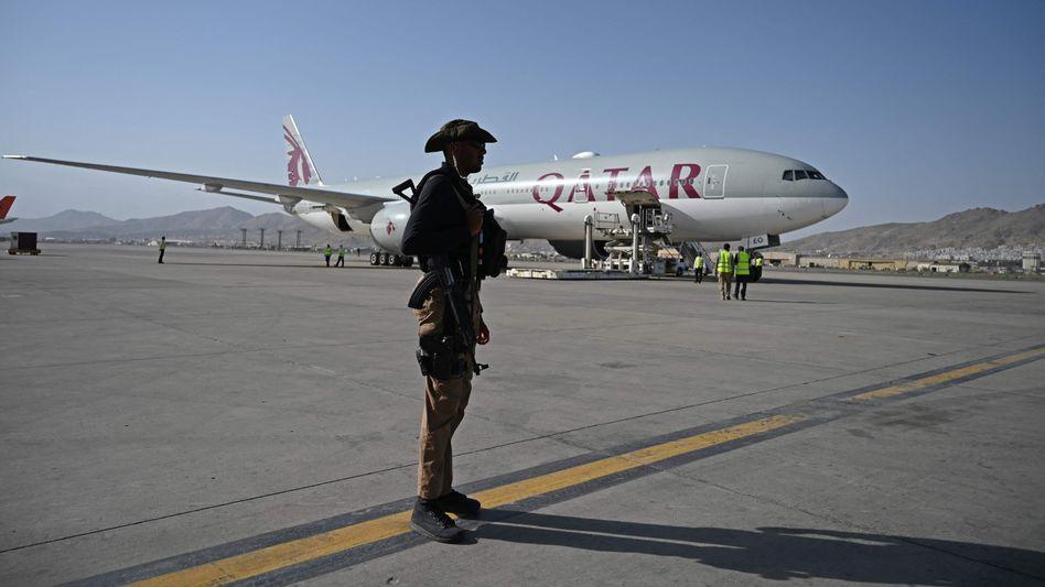 Ein katarischer Sicherheitsmann am Flughafen in Kabul