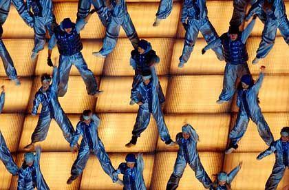 Wie Pappkameraden: Tänzer auf der Lichterbühne während der Abschlussfeier