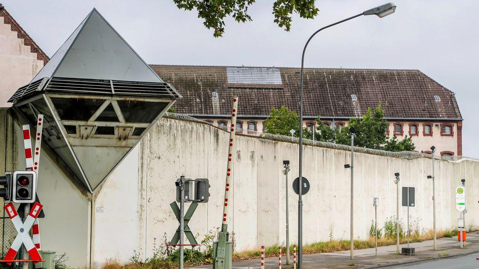 Die Mauer der JVA Bochum ist fünf Meter hoch - der Häftling überwand sie wohl mithilfe von Sportgeräten