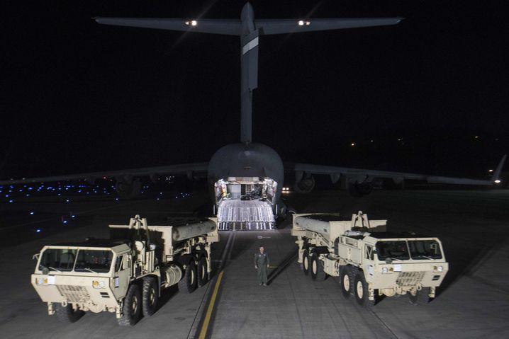 Lieferung des Raketenabwehrsystems THAAD auf dem Flughafen von Seoul