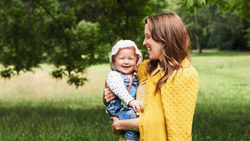 Einfach ansteckend: Körperkontakt, Gesicht und Stimme animieren Babys zur Nachahmung.