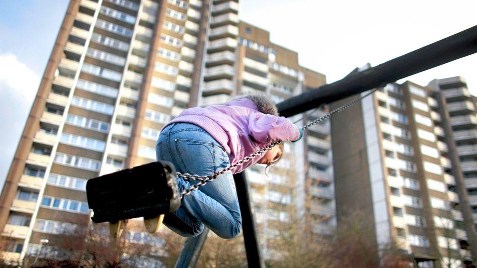 Kind in einem Hochhausviertel: Die Eltern sind halt arbeitslos, da kann man nichts machen