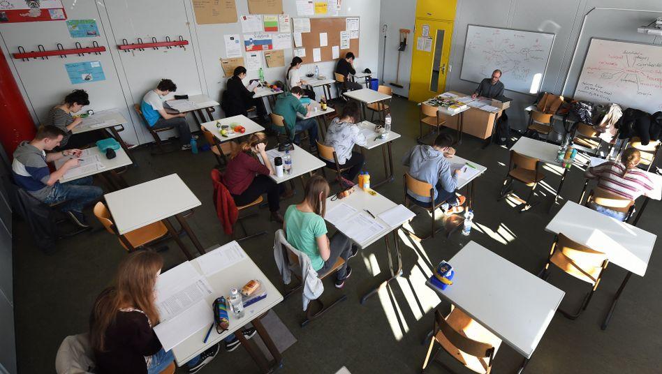 Schülerinnen und Schüler während des Abiturs in Hannover: Eine Prüfung für alle?