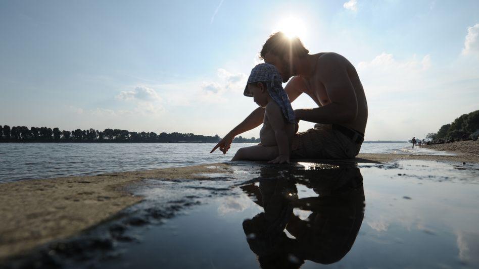 Vater und Sohn: Testosteron-Level verändert sich im Blut werdender Väter