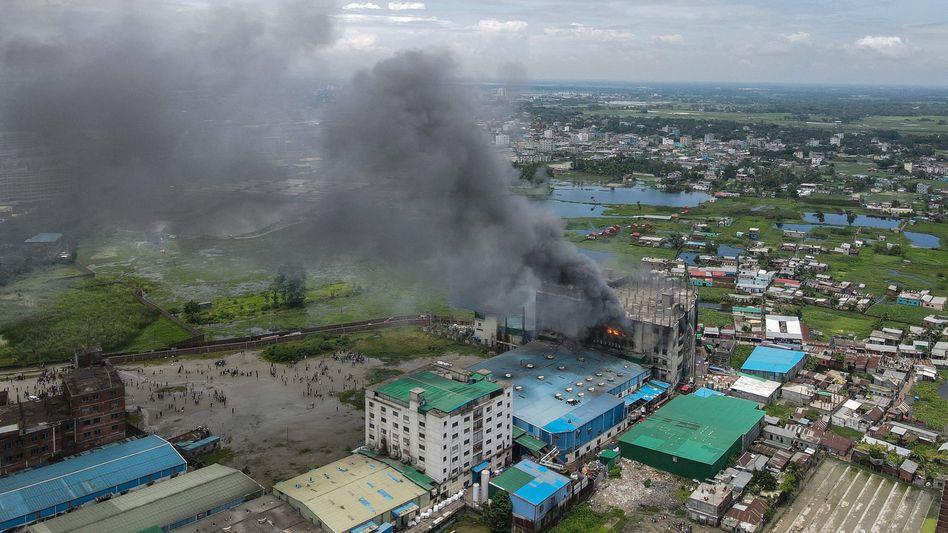 Brand in einer Fabrik bei Dhaka