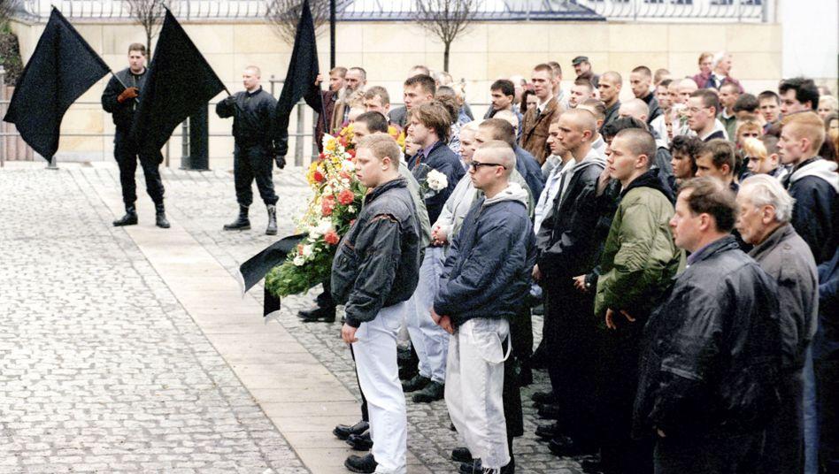 Tino Brandt bei einer Neonazi-Demo in Neuhaus am Rennweg (ganz vorne, 1996): Im Hintergrund Mitglieder und mutmaßliche Unterstützer des NSU