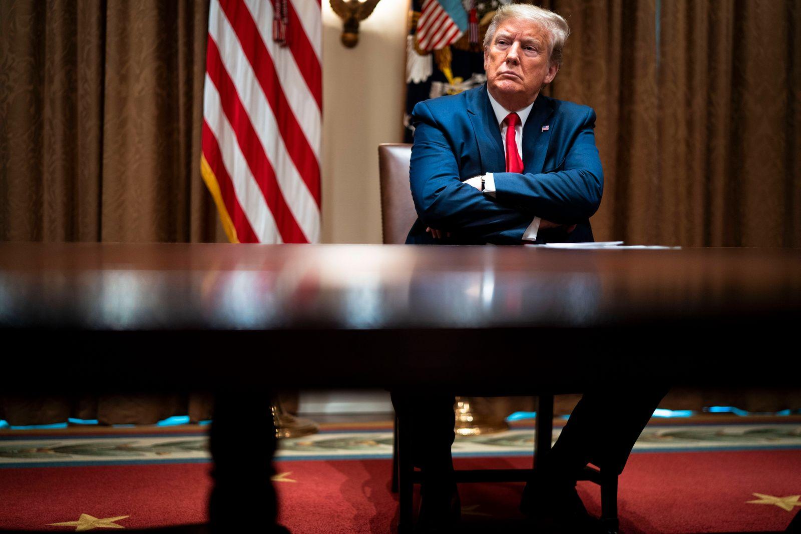 News Bilder des Tages April 14, 2020, Washington, District of Columbia, USA: United States President Donald J. Trump mak