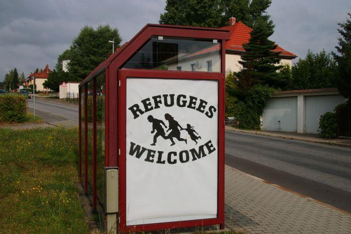 """In unmittelbarer Nähe des Asylheims platzierte die Künstlergruppe das Plakat """"Refugees Welcome""""."""