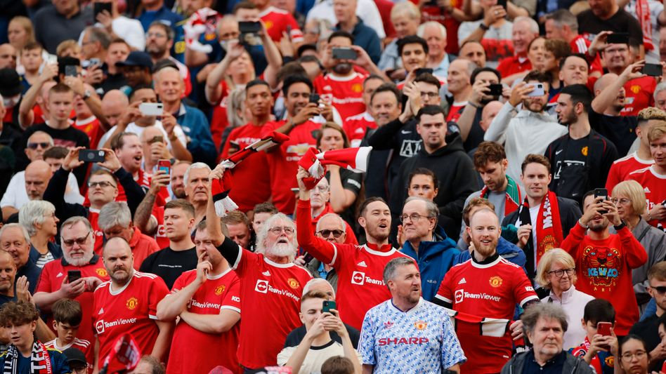 Gestanden wird im Old Trafford auch heute schon, aber nur, wenn sich die United-Fans von den Sitzplätzen erheben