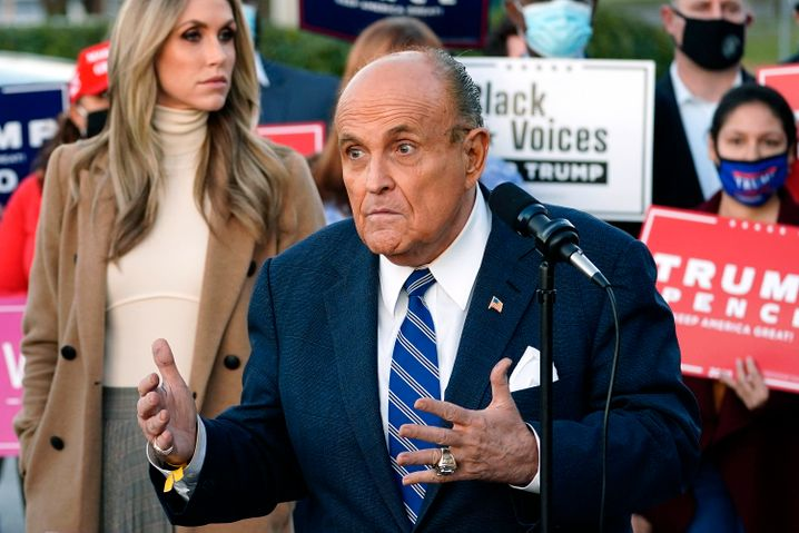 Trump-Anwalt Rudy Giuliani am Tag nach der Wahl, links hinter ihm Trumps Schwiegertochter, Lara Trump