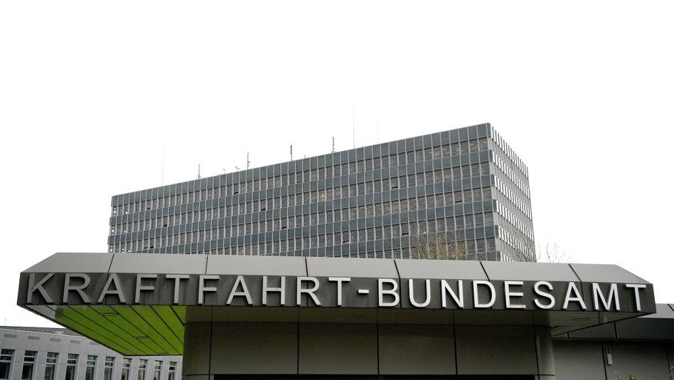 Der Eingang zum Kraftfahrt-Bundesamt in Flensburg.