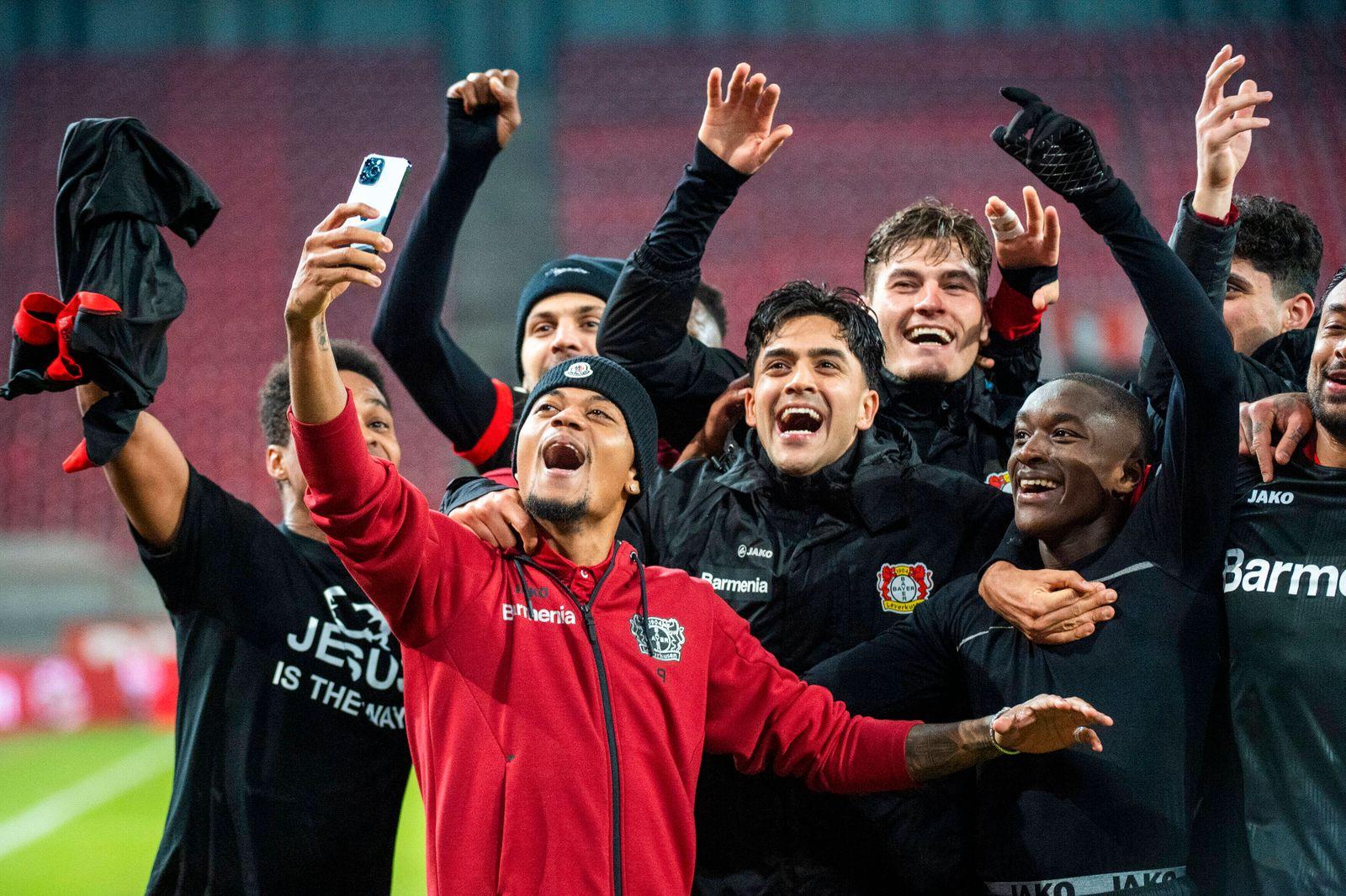 GER, 1. FC Koeln vs. Bayer 04 Leverkusen, 1. Bundesliga, Saison 20/21,12. Spieltag, 16.12.2020 Derbysieger-Rufe beim Ab
