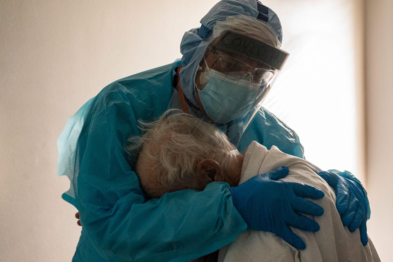 ***BESTPIX*** Houston Hospital Staff Works In COVID ICU On Thanksgiving