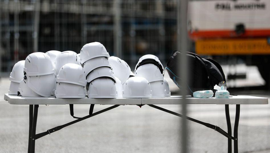 30 weiße Helme für die Gläubigen vor der Kathedrale Notre-Dame in Paris