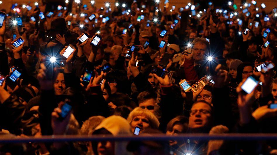 Protest mit Smartphone: Ungarn begehren auf gegen geplante Internetsteuer