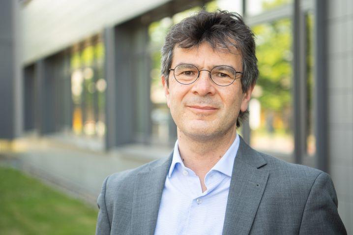 Gérard Krause steht vor dem Helmholtz-Zentrum für Infektionsforschung in Braunschweig
