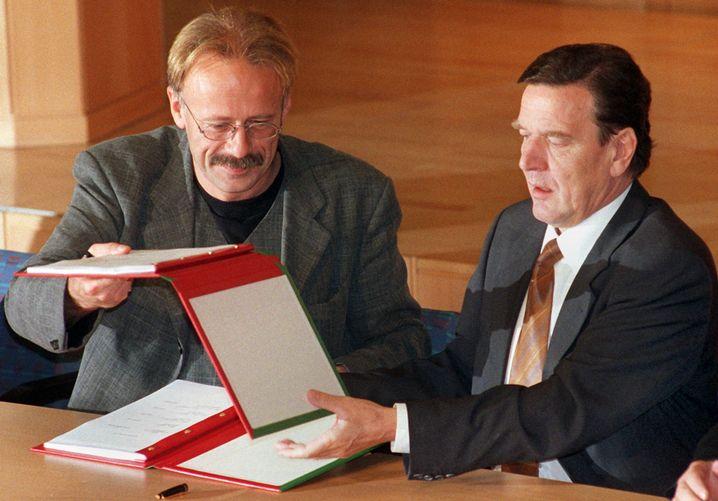 Trittin und Schröder bei der Unterzeichnung des rot-grünen Koalitionsvertrags im Oktober 1998