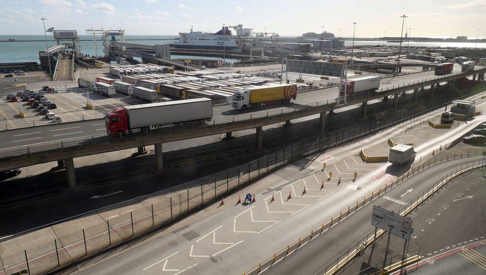 Lastwagen im Fährhafen von Dover