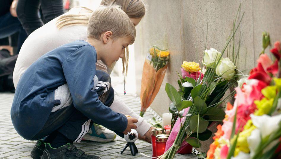 Kinder am Einkaufszentrum in München mit Blumen