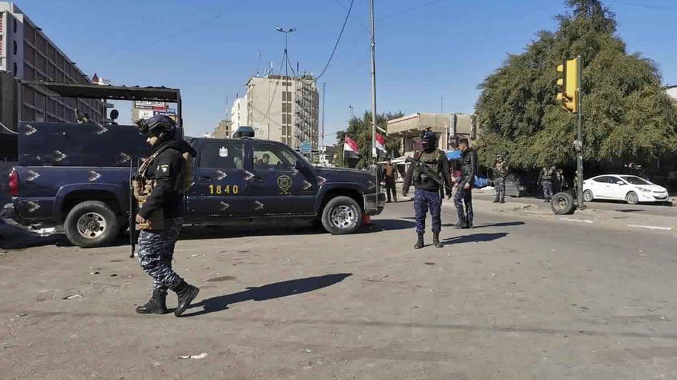 Sicherheitskräfte patrouillieren am Ort des Anschlags in Bagdad