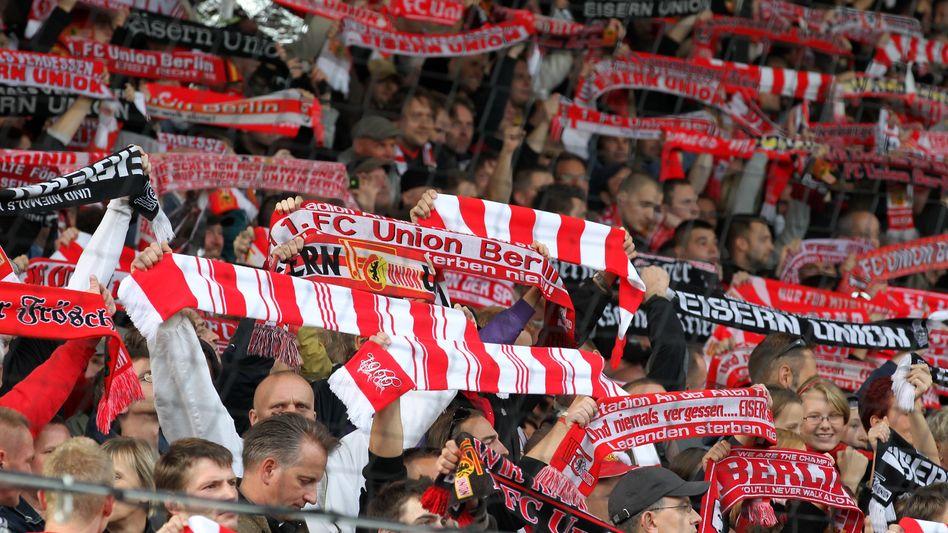 Fans des FC Union Berlin: Ordentlich Stimmung in der Alten Försterei