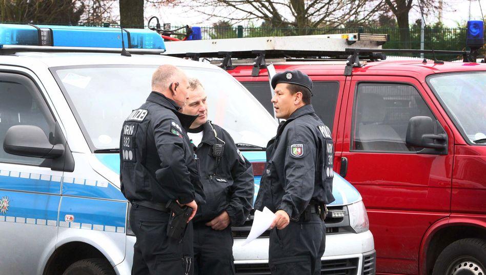 Polizisten am Einsatzort in Alsdorf: Zwei Frauen, ein Mann