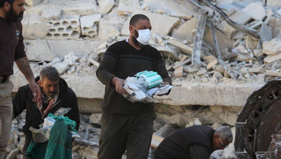 """Retter in Trümmern eines syrischen Krankenhauses: """"Die Normalisierung solcher Angriffe ist unerträglich"""""""