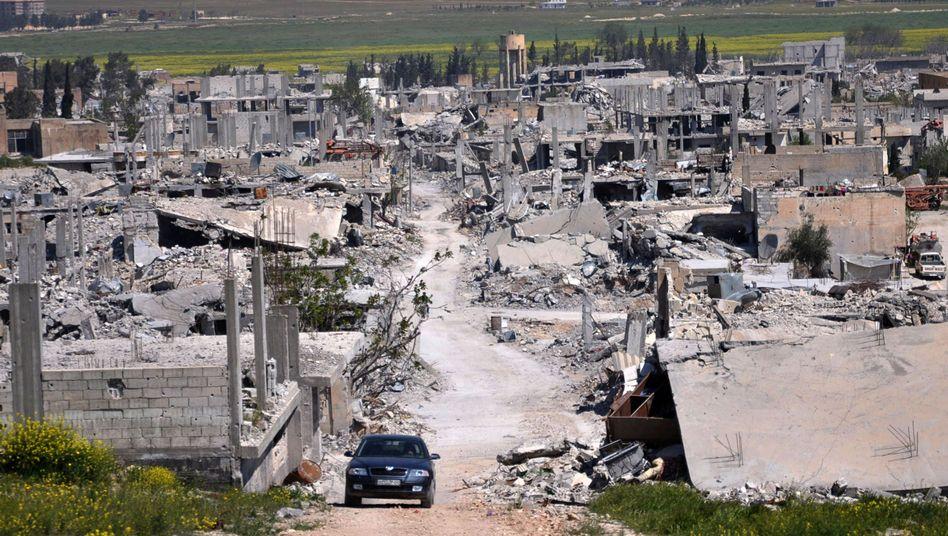 """Reste einer Ortschaft nahe Kobane (Archivbild): """"Am Boden die Ausbreitung des IS gestoppt"""""""