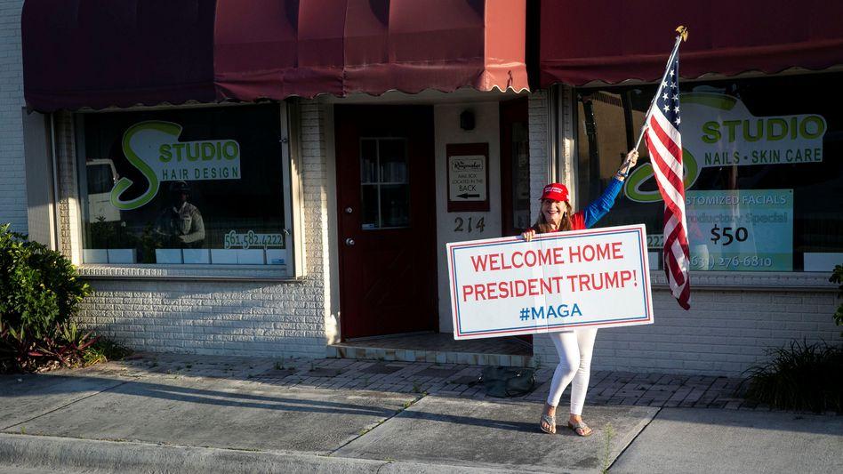 Trump-Unterstützerin in der Nähe seines Anwesens Mar-a-Lago club in West Palm Beach, Florida
