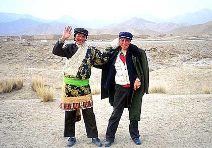Große Freude im weiten Land: Die beiden chinesischen Schafhirten freuen sich über den unerwarteten Besuch aus dem Westen - Kevin und Felix freuen sich über gebratene Lammkeulen und Reisschnaps am Abend